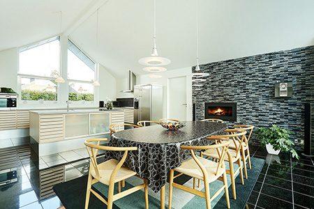 Villa med zink og hvidpudset murværk, Tømrer