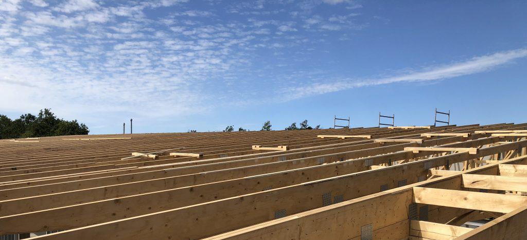 Tømrer monterer spær på byggeri